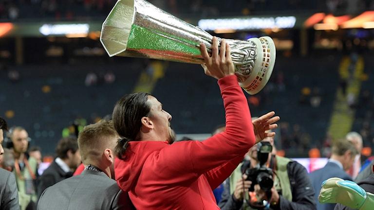 Den knäskadade Zlatan Ibrahimovic lyfter Europa League-pokalen efter Manchester Uniteds finalseger mot Ajax på Friends arena.