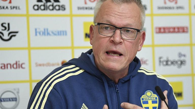 Janne Andersson på presskonferensen dagen efter EM-kvalsegern över Färöarna.