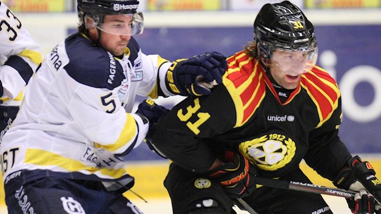 HV71:s Adam Almqvist och Brynäs Jonathan Granström under SHL-mötet 26 december 2016.