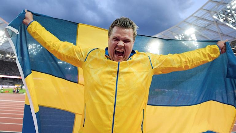 Daniel Ståhl jublar efter VM-silvret.