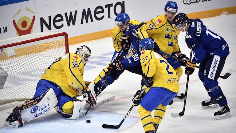 Adam Reideborn räddar en puck mot Finland.