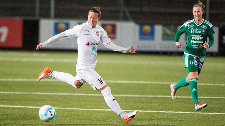 Fotbollsspelaren Lina Nilsson under en match i damallsvenskan.