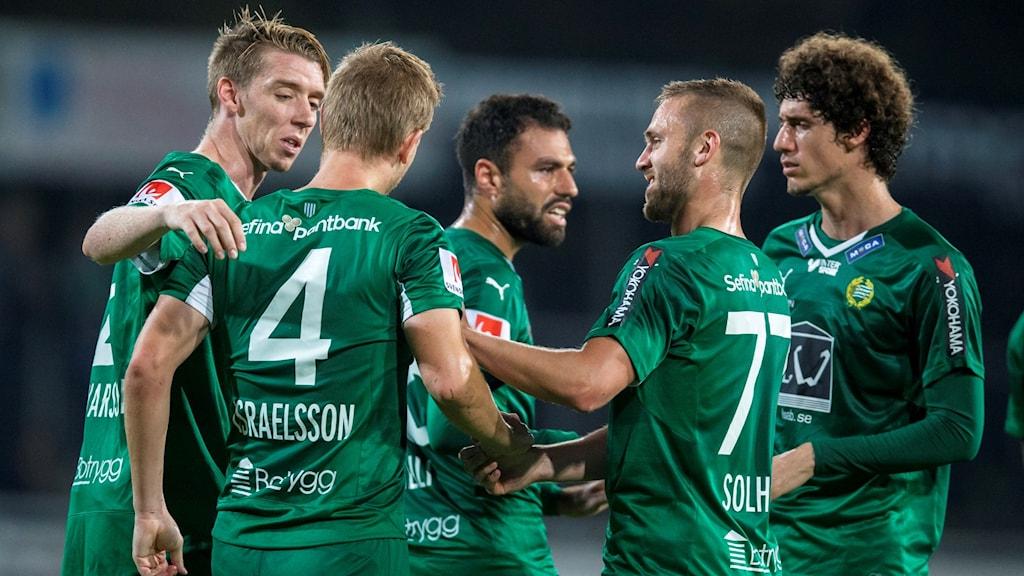 Hammarbys Erik Israelsson klappas om av Birkir Mar Saevarsson, i mitten Imad Kahlili, Mats Goberg Solheim (77) och Romulo Cabral Pereira Pinto efter 1-0 målet under måndagens allsvenska fotbollsmatch mellan Falkenbergs FF och Hammarby IF på Falkenbergs IP.
