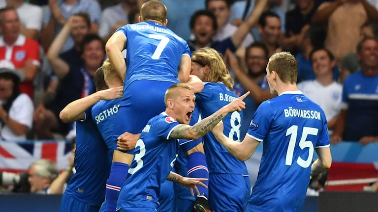 Island leder mot England.