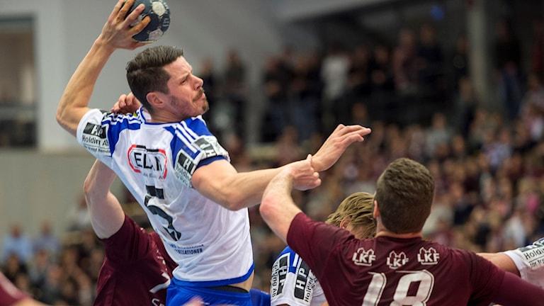 Ystads IF Kim Andersson går på skott i den avgörande SM-kvartsfinalen mot Lugi.