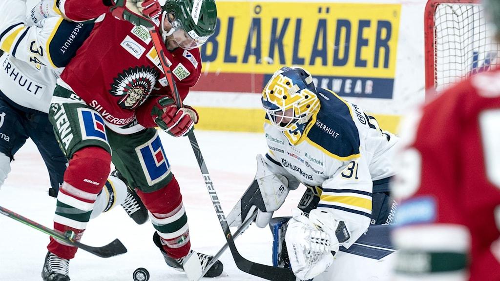 Frölundas Joel Lundqvist mot HV 71:s målvakt Jonas Gunnarsson