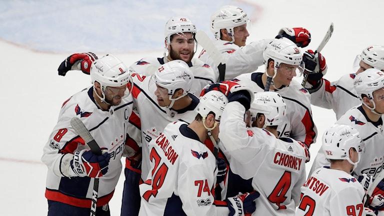 Washingtonspelarna firar det avgörande målet i förlängningen.