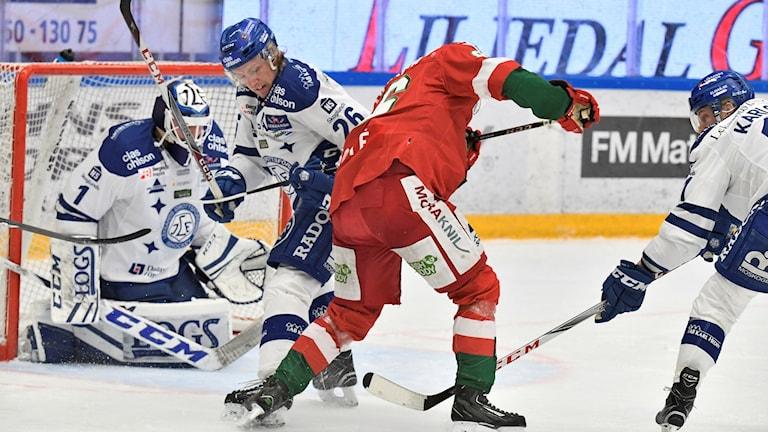 Leksands målvakt Tex Williamsson (tv), Leksands Patrik Norén (26) och Moras Mathias Bromé under måndagens direktkval till SHL, match 1 i bäst av 7 mellan Mora IK och Leksands IF i Jalas Arena.