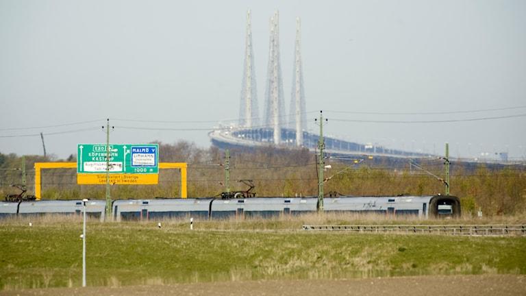 Gula skyltar med tåg.