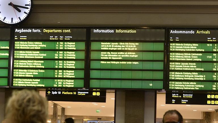 Avgångstavla som visar flera inställda tåg och förseningar.