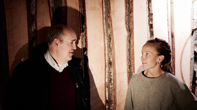 Keijo Knutas ja Hanna Hallakumpu seisovat lankkuseinän edessä.