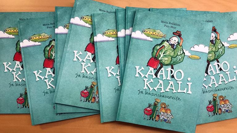 Kuvassa Kaapo Kaali ja kasviskavereita lastenkirjoja.