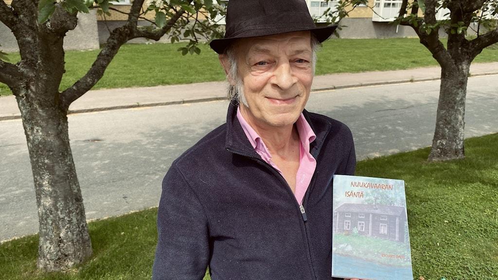 Rikhard Palm pitelee kädessään esikoiskirjaansa Nuukavaaran isäntää