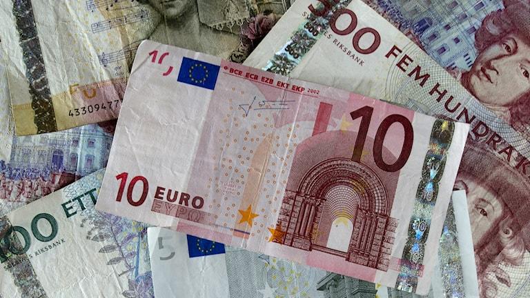 Sedlar både svenska kronor och euro.