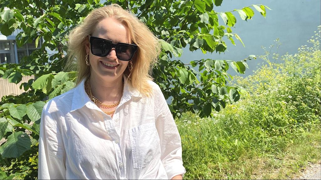 Abela eli Antonia Bondén aurikolaisit päässä puun edessä.