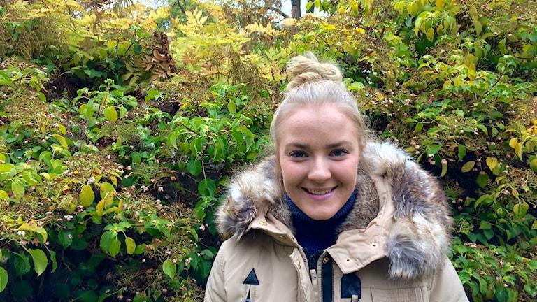 Lisa Mattsson beigessä talvitakissa.