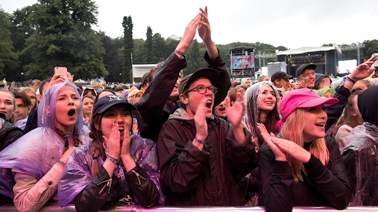 Publiken tittar på Seinabo Sey på Flamingoscenen under festivalen Way Out West i Göteborg i 2016.