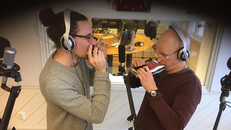 Jouko Kyhälä & Filip Jers soittavat huuliharppua