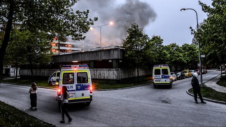 Polis i området när minst tre bilar brinner.