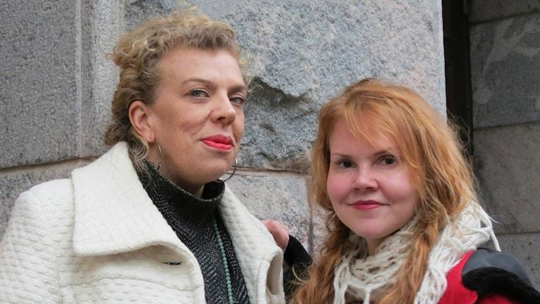 Maria Seppälä ja Katja Kettu Helsingin Paasitornin edustalla.