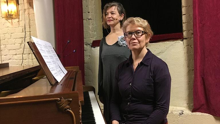 Näyttelijä Pirkko Uitto ja säveltäjä-sanoittaja sekä pianisti Ritva-Liisa Kangasluoma Uudessa teatterissa Tukholmassa.