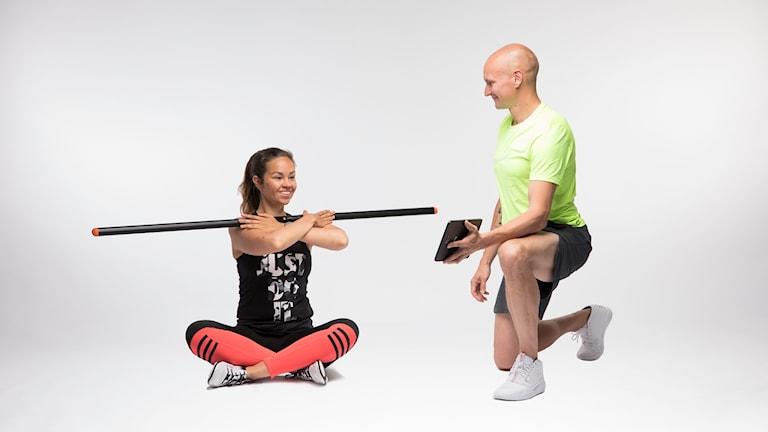 En sittande kvinna balanserar smart -staven på axlarna. Foto: pressfoto TE3.