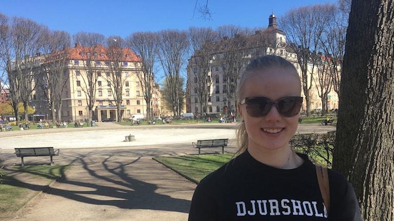 17-åriga Alexandra Bergström står på Karlaplan