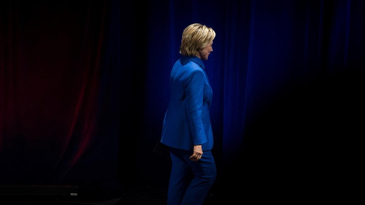 USA:n presidentinvaalit hävinnyt Hillary Clinton poistuu lavalta.