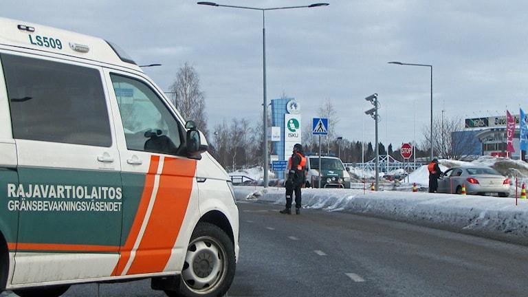 På bilden står finska gränsbevakningsväsendets bil vid gränsen mellan svenska Haparanda och finska Torneå.