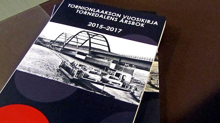 Kiinnioleva Tornionlaakson vuosikirja pöydällä kuvattuna.