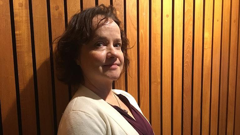 Siri Hamari paneeliseinää vasten. Kuva: Liina Johansson/SR Sisuradio