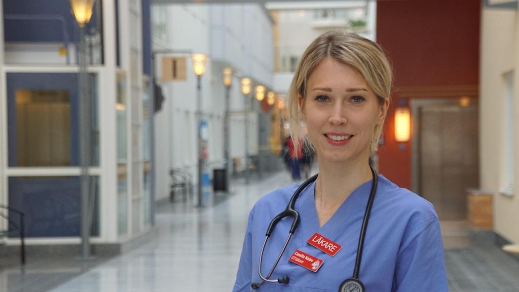 Bild på läkaren Camilla Keisu i en sjukhuskorridor.