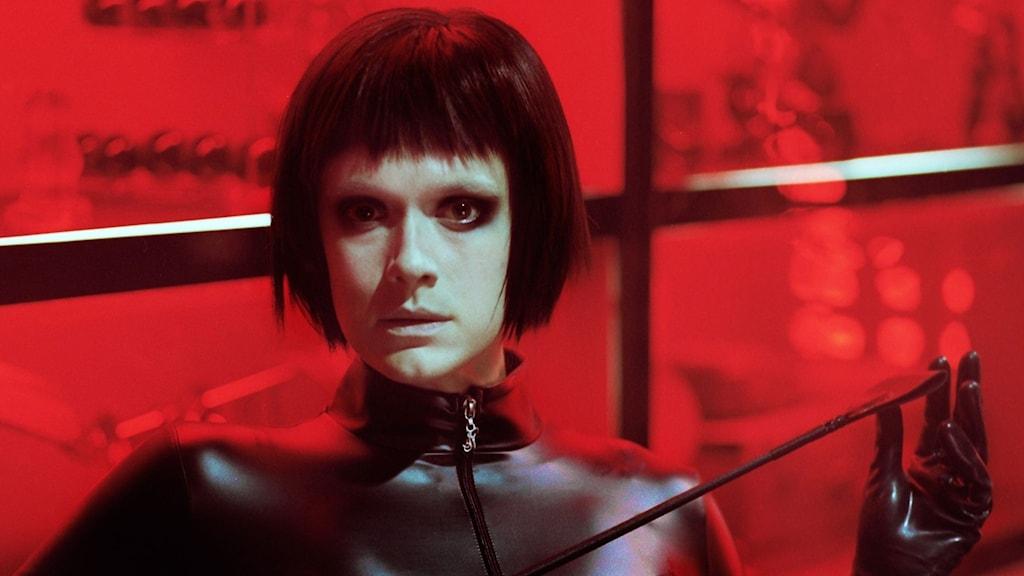 Krista Kosonen Koira eivät käytä housuja - elokuvassa dominatrix-Monan roolissa.
