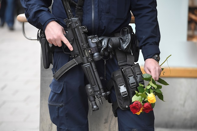 Poliisilla on automaattiase ja neljä ruusua kädessä