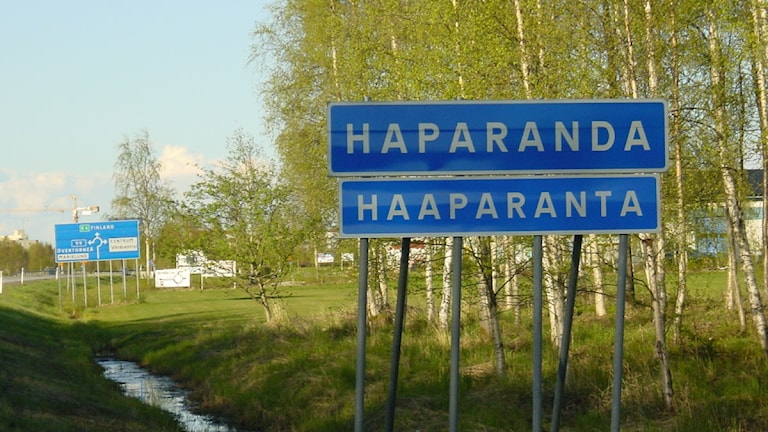 Kaksikielinen Haaparanta-Haparanda kyltti. Kuva/Foto: Juha Tainio/ Sveriges Radio Sisuradio