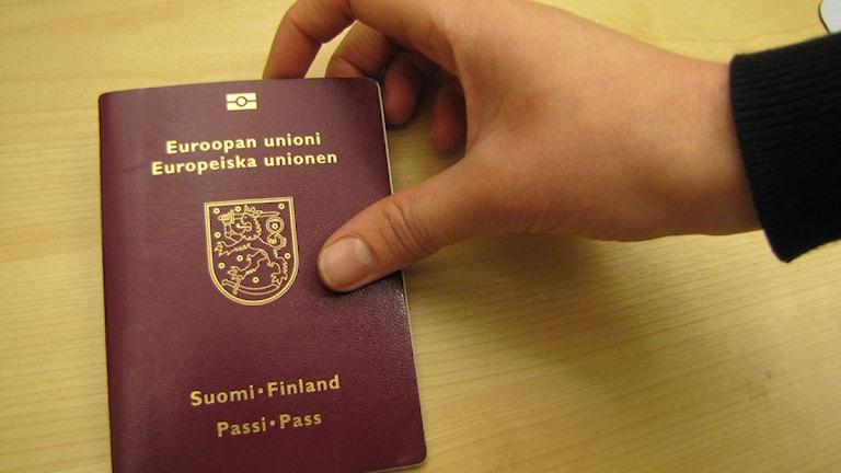 Suomessa haettuna Suomen passi maksaa 48 euroa, mutta täällä Ruotsissa siitä joutuu maksamaan 920 kruunua.