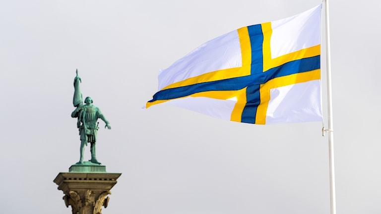 Kuvassa ruotsinsuomalaisten lippu Tukholmassa.