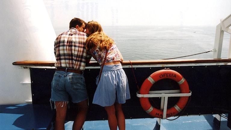 Nainen ja mies seisovat lähekkäin veneen kannella.