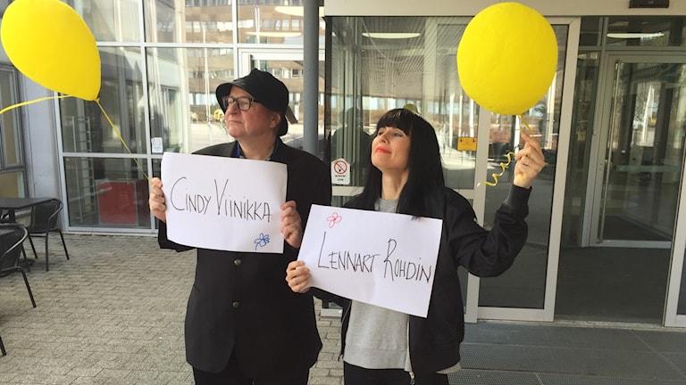 Jorma ja Hanna odottavat vieraita Radiotalon ulkopuolella