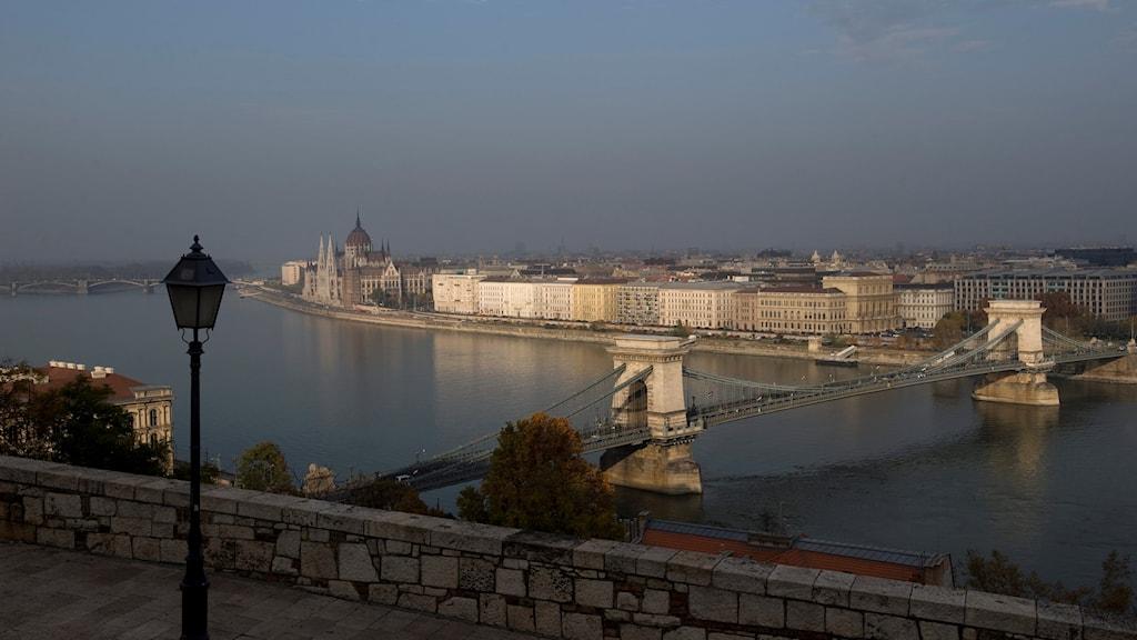 Floden Donau flyter genom Budapest