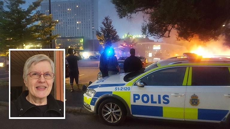 Polisbil och personer som tittar på de brinnande bilarna. + Kaija Ahonen