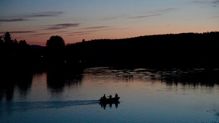 Soutuvene Fax-joella auringonlaskun aikaan