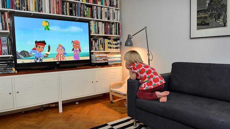 lapsi katsoo tv:tä