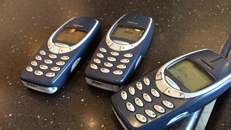Vanoja Nokian kännyköitä pöydällä.