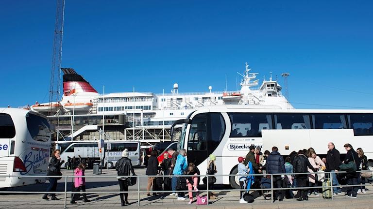 Risteilylaiva ja turisteja