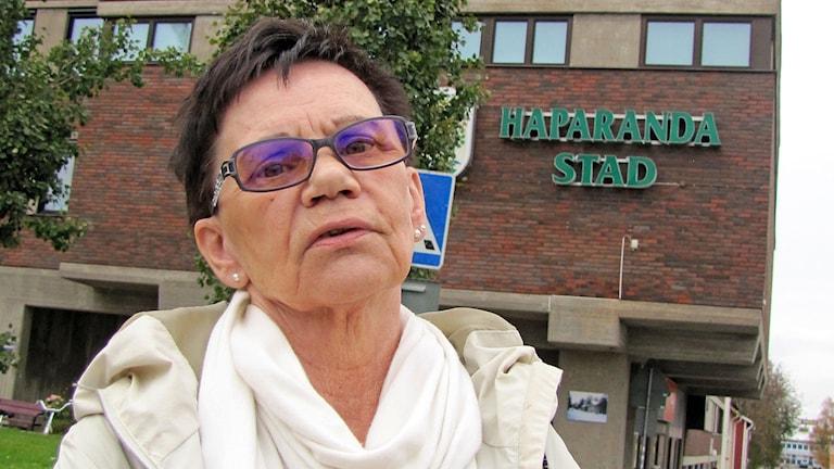 Sairaan äitinsä asioita hoitava Anja Tuikkanen on tyytymätön Haaparannan kunnalta saamaansa omaistukeen.