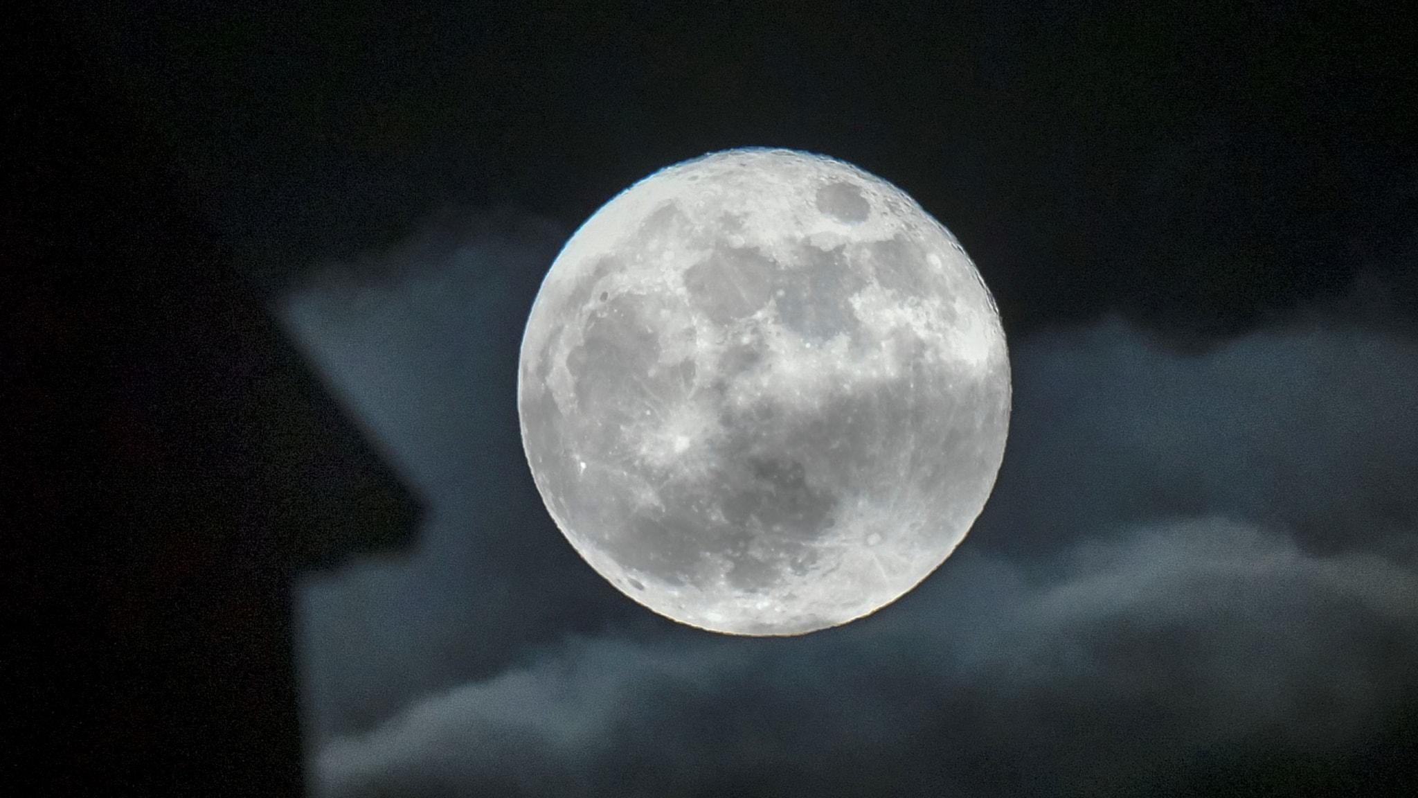 Niin kutsuttu superkuu. Tämä tapahtuu kun kuu on ratansa lähimmässä pisteessä suhteessa Maahan.