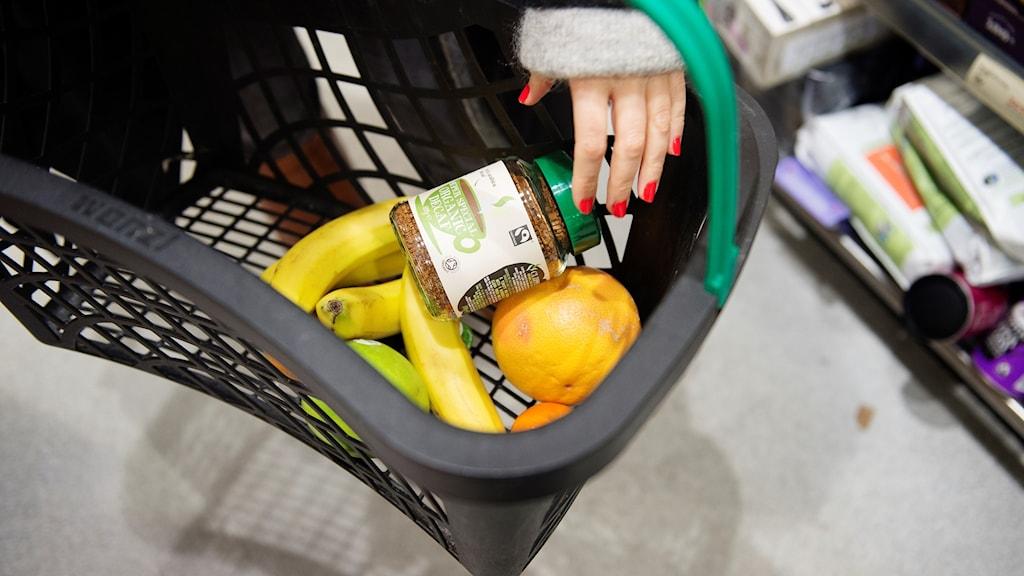 Ostoskorissa ekologisia tuotteita.