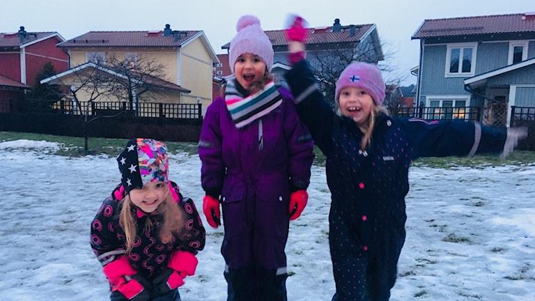 Lapset ovat iloisa ulkona lumessa
