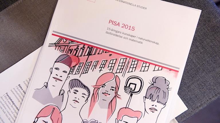 Pisa-raportin kannessa on piirustus ihmishahmoista.
